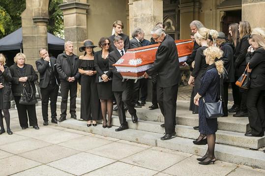 Černé vdovy na pohřbu