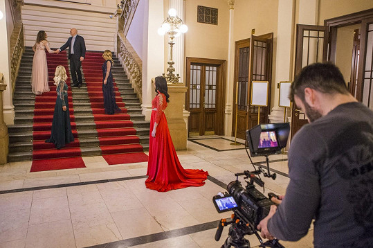 Kamila při natáčení na pražském Žofíně