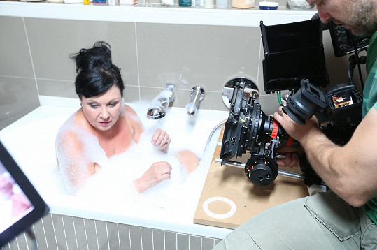 Dáda Patrasová se v novém seriálu Bezdružice ponořila do vany.