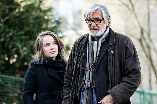Hlavní hrdinkou televizní minisérie podle scénáře Josefa Klímy na motivy skutečných událostí je Hedvika (Tereza Voříšková), která by se chtěla stát novinářkou.