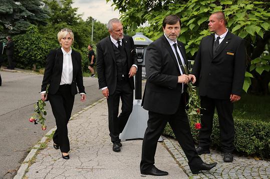 Poslední sbohem přišel dát také Jan Hrušínský s manželkou.