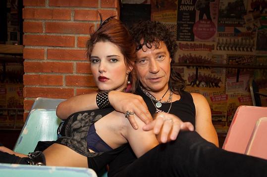 Michalina Olszańska s Pavlem Křížem ve filmu Muzzikanti