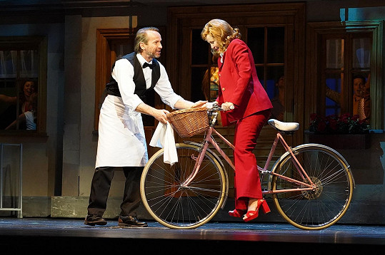 Na jevišti Hudebního divadla v Karlíně s Janem Révaiem při zkoušce