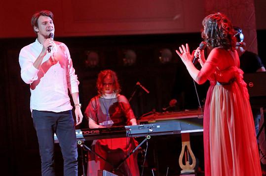 Kmotrem nového alba dívčí kapely Vesna se stal Vojta Dyk, který si s Patricií zazpíval duet Láska z Kateřinic.