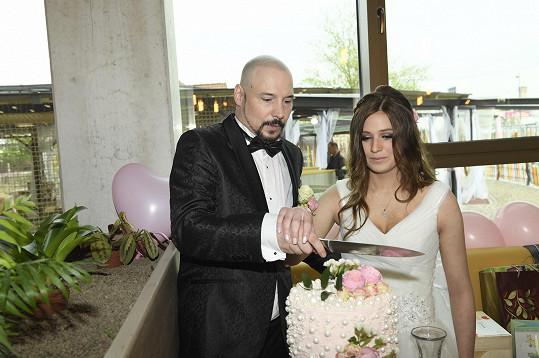 Společnými silami rozkrojili svatební dort.