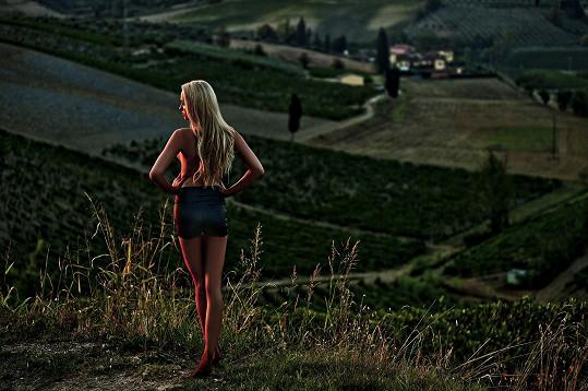 Půvabná blondýnka pózuje pod taktovkou fotografky Lenky Hatašové.
