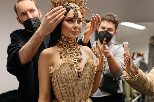 Make-up a šaty nechala zpěvačka zcela na týmu.