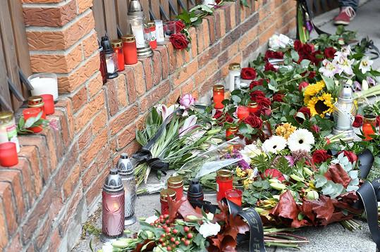 Květiny před domem Karla Gotta přibývají.