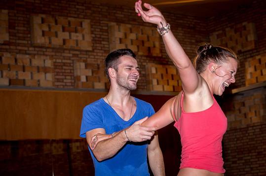 Kristýna Leichtová se svým tanečním partnerem na jednom z prvních tréninků. Tehdy se spolu ještě smáli.