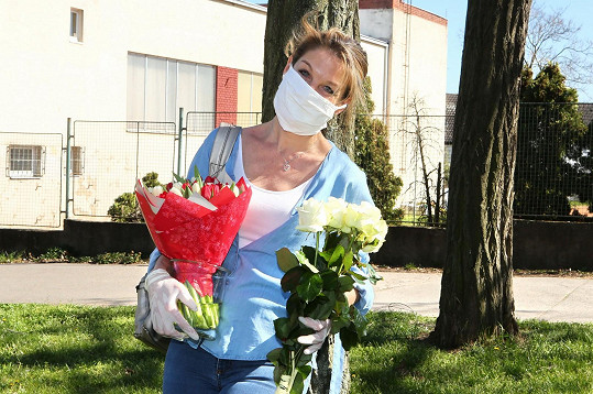 Sabina dostala od kolegů kytičku k narozeninám.