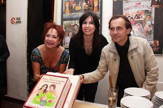 V hlavních ženských rolích se pod režijní taktovkou manžela Terezy Kostkové Petra Kracika představily Ilona Svobodová a Nela Boudová.