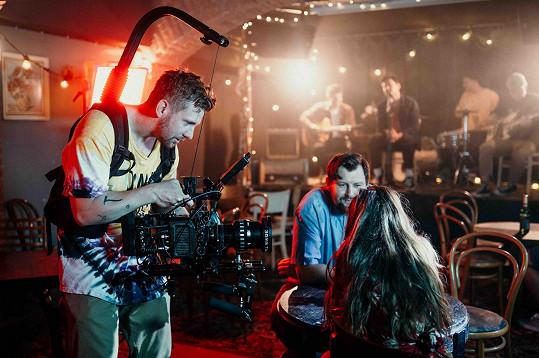 Režisérem a kameramanem klipu I přes to všechno je Ondřej Kudyn (vlevo).