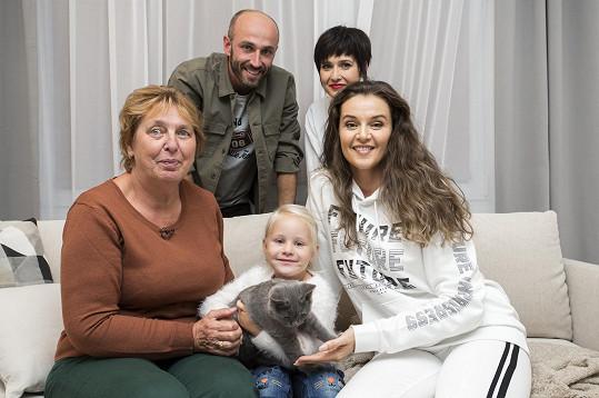 Designerský tým pořadu Jak se staví sen v čele s moderátorkou Ivou Kubelkovou udělá všechno pro to, aby rekonstrukce bydlení vykouzlila babičce a Kristýnce úsměv na tváři.