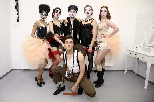Herci z Cabaretu v odvážných kostýmech
