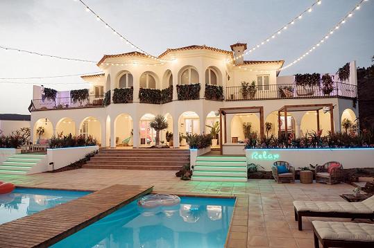 Pohled na vilu od bazénu