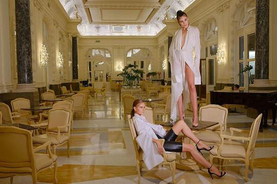 Dvorní fotografka Dary Rolins využila atmosféry poloprázdného luxusního hotelu.