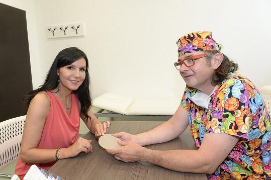Krátce před operací konzultovala s plastickým chirurgem Zdeňkem Prosem velikost implantátu.