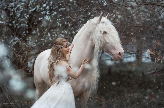 Kůň se nějakou dobu zdráhal, nakonec se ale s herečkou skamarádil.