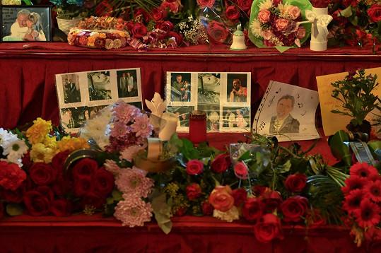 Záplava květin a vzkazů