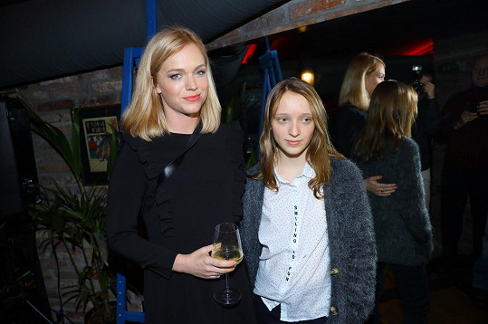Bývalou modelku, herečku a výtvarnici Ester Geislerovou doprovodila na akci dcera Mia....