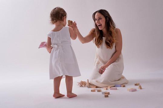 Jelikož je herečka také maminkou, navrhla dětská body a mikiny, ale i šaty pro nejmenší.