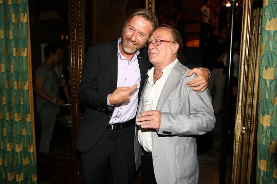 Jiří láskyplně objímal i Petra Jandu.