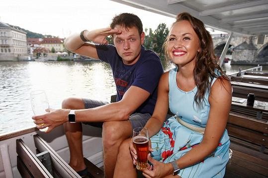 Oba jsou prý velmi dobří řidiči, a tak se nebáli ovládat ani plavidlo.