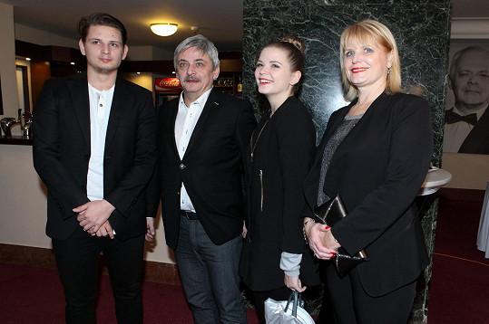 Suchánek s rodinou. Jeho žena (vpravo) se v něm starala o choreografii, dcera Berenika zpívala a hrála.