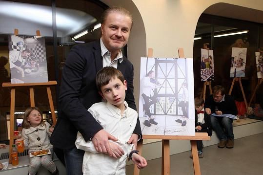 Pavel Šporcl s malým zpěvákem Honzíkem, kterého doprovodil na housle.
