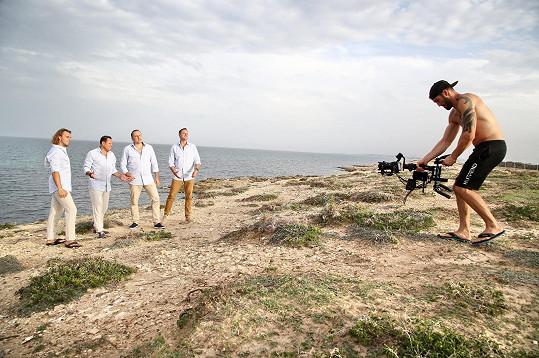 Kompletní 4 tenoři při natáčení na útesu