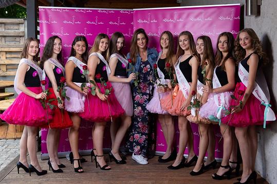 O dívky se stará tým pod dohledem choreografky Kristýny Sklenářové (uprostřed).