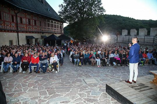 Janis přivítal hosty na představení muzikálu Noc na Karlštejně, které bylo předzvěstí jejich oslavy.