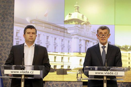 Ministr vnitra Jan Hamáček a premiér Andrej Babiš na tiskové konferenci po jednání vlády 12. března 2020, kdy byl vyhlášen nouzový stav.