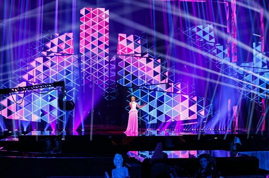 Stage je obrovská - 50 metrů široká, 15,5 metrů vysoká a váží 30 tun.