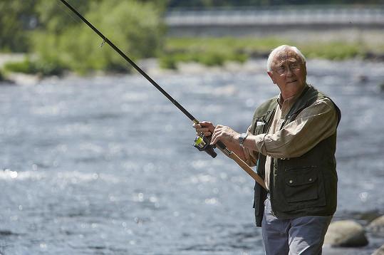 V seriálu chytá ryby na Otavě, sám však nerybaří.