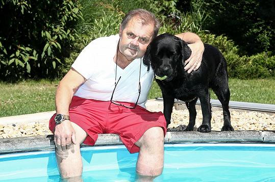 Mojmír Maděrič se nejlépe cítí na chalupě u bazénu.