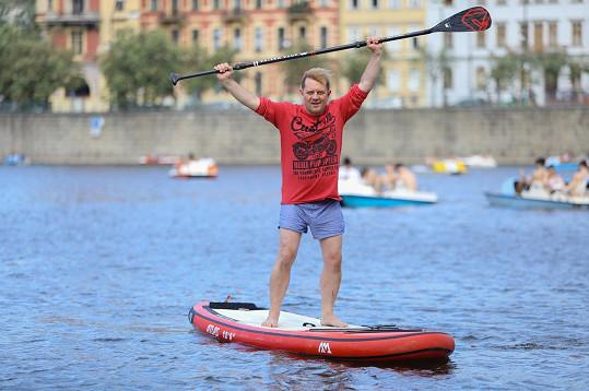 Vítězné gesto, že paddleoard ovládl.