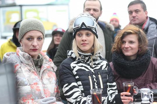 Anna Polívková, Kateřina Klausová a Anita Krausová ztvárňují trojici sester, která vyrazila do Špindlu na dámskou jízdu.