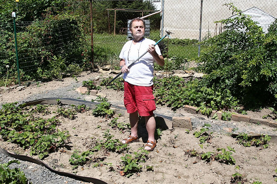 A pracuje na zahradě.