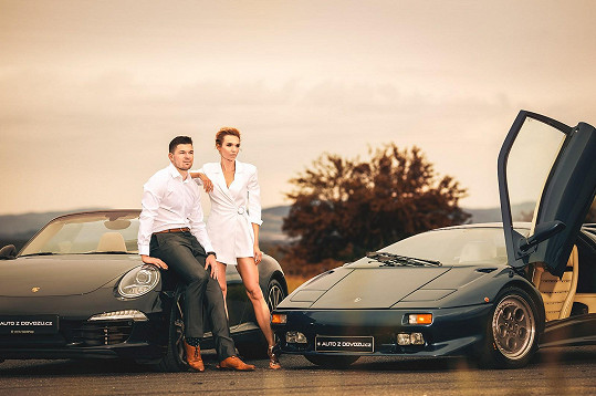 S hokejistou Tomášem Hertlem nafotili sérii snímků s luxusními vozy.