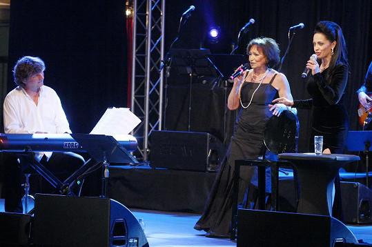 Lucie Bílá zazpívala s Martou Kubišovou píseň Lucerna.