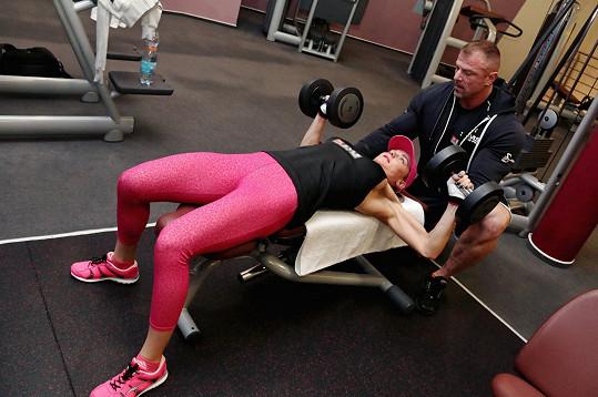 Při tréninku jí pomáhá Dalibor Hájek.