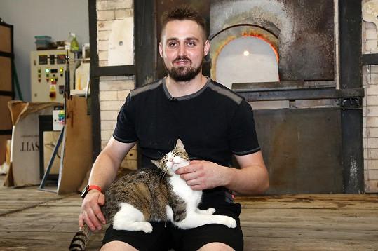 Antonín Čangel (32) pochází ze sklářské rodiny. Před 11 lety vyzkoušel štěstí ve stejné reality show také jeho bratr Patrik. Antonín má za sebou jedno nevydařené manželství.