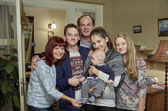 V Ulici se z ní stala náctiletá maminka. Na fotce se seriálovým partnerem a jeho rodinou.