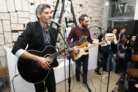Andreu na křest doprovodil manžel Mikuláš, který si přizval i brášku Štěpána, a oba pánové hostům slavnostní akce zahráli a zazpívali několik písniček ze svého repertoáru.
