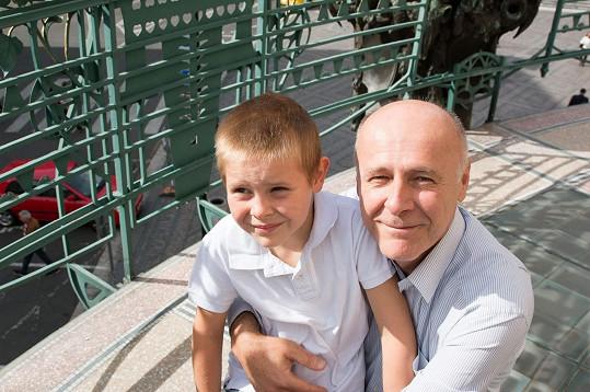 Modelčin bratr a otec Jan, hybatel nadačního fondu AutTalk.