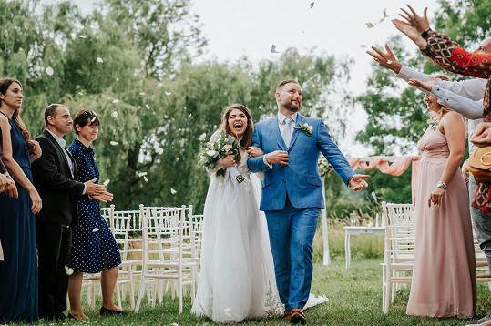 Spokojení novomanželé září radostí.