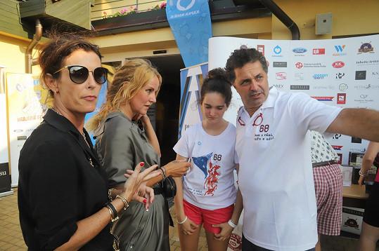 Charitativní turnaj uspořádala Daniela Dejdarová (vlevo).