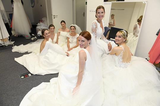 Spolu s dalšími modelkami na openingu svatebního salonu v Pardubicích