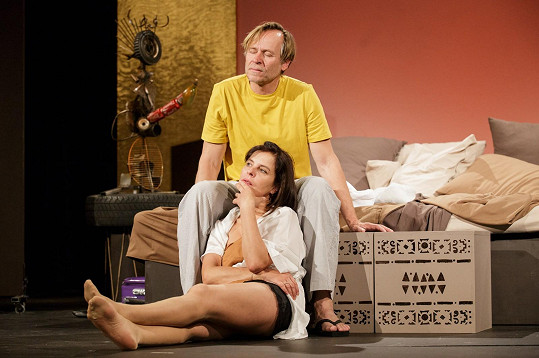 Zatímco Vánoce proběhnou v kruhu rodinném, Silvestr bude pracovní. Krausová jej stráví na jevišti divadla Studio DVA, které má na programu Sex pro pokročilé (na snímku s Karlem Rodenem).